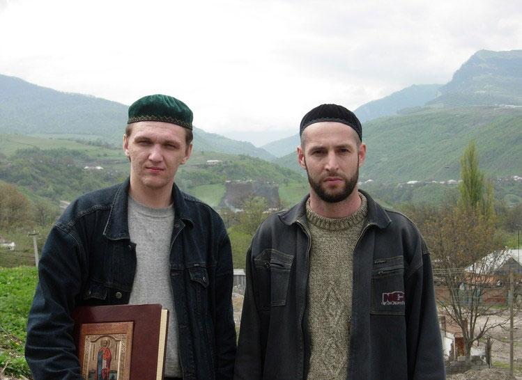 23 апреля 2006 года. Сергей Бугаев с Книгой Мира и Кюри Эламбаевым, с. Шатой, Чеченская Республика