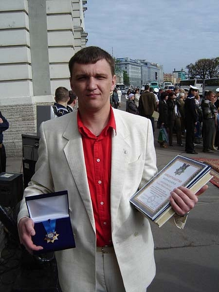 Лидер программы Книга Мира Сергей Бугаев с орденом для НВМУ