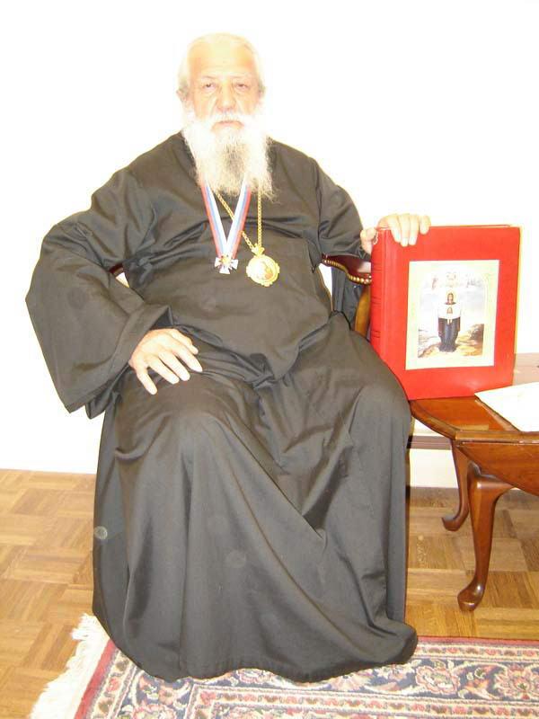 США, Джорденвиль, Митрополит Лавр с орденом и Книгой Мира