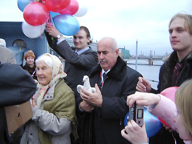 """На """"Авроре"""" Сайпуди Абубакаров с белым голубем"""