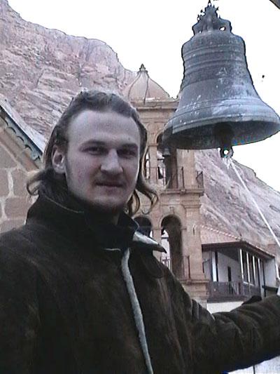 13.02.2005. Антон Бугаев и Колокол монастыря Святой Екатерины (Синай, Египет).